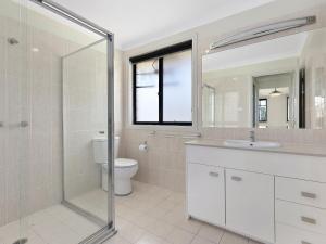 A bathroom at North Entrance Beach House