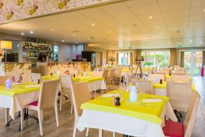 A restaurant or other place to eat at Best Western Amarys Rambouillet