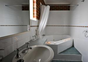 A bathroom at Poachers Paradise