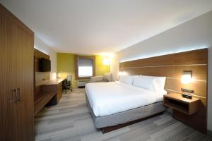 A bed or beds in a room at Holiday Inn Express Prince Frederick, an IHG Hotel