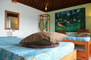 A bed or beds in a room at Cocotinos Sekotong Lombok