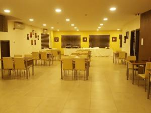 A restaurant or other place to eat at Zaina Plaza Hotel