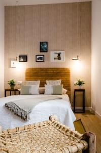 A bed or beds in a room at Bibo Casas del Albaicín