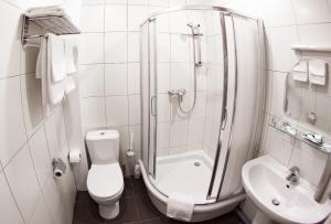 A bathroom at Forest Inn