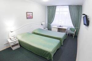 Кровать или кровати в номере Форест Инн