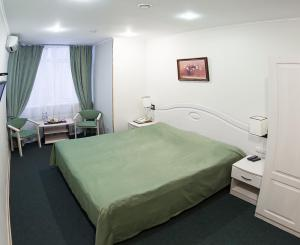 A bed or beds in a room at Forest Inn