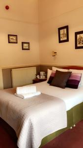 A bed or beds in a room at Kinder Lodge