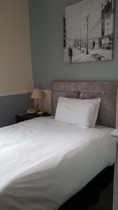 A bed or beds in a room at Regency Hotel