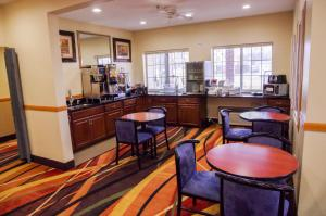 A restaurant or other place to eat at DUTCH INN AND SUITES