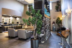 The lobby or reception area at Comfort Suites Kelowna