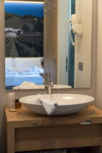 A bathroom at Wine Hotel Retici Balzi
