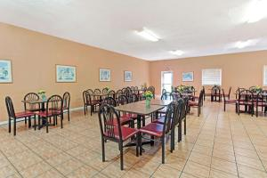 A restaurant or other place to eat at Howard Johnson by Wyndham Tropical Palms Kissimmee