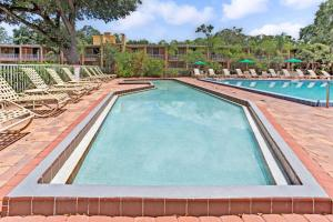 The swimming pool at or near Howard Johnson by Wyndham Tropical Palms Kissimmee