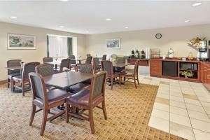 A restaurant or other place to eat at Microtel Inn & Suites by Wyndham Jasper