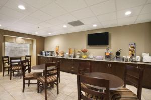 A restaurant or other place to eat at Microtel Inn & Suites by Wyndham Cambridge