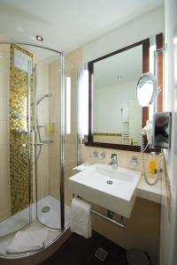 A bathroom at Best Western Hotel Kaiserhof