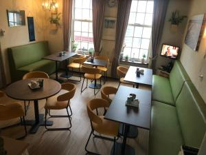 A restaurant or other place to eat at Pension de Zeeschelp
