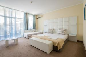 A bed or beds in a room at Hotel Perla Beach I