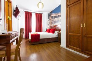 A bed or beds in a room at Hotel El Tajo & SPA
