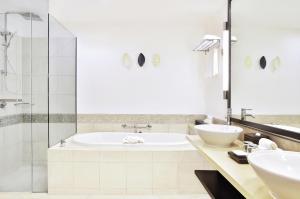 A bathroom at Radisson Blu Resort Fiji