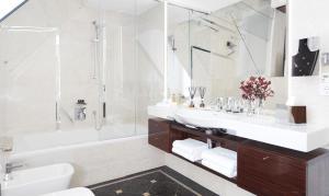 A bathroom at Living Hotel De Medici