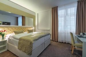 A bed or beds in a room at Hotel Taurus