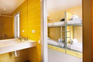 A bathroom at Twentytú Hostel