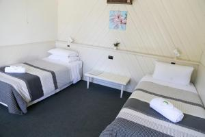 A bed or beds in a room at Great Western Motel