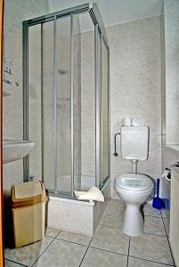 A bathroom at Hotel am Berg Oybin garni
