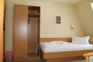 A bed or beds in a room at Hotel am Berg Oybin garni