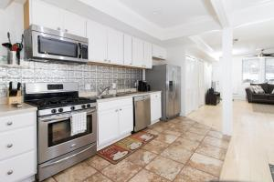 A kitchen or kitchenette at THE GRAY CORNER HOUSE BY GALLAUDET 3BR