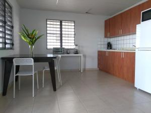 A kitchen or kitchenette at Urban Terrace Apartment in San Juan