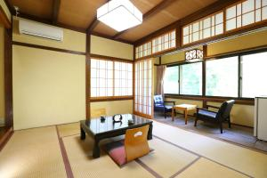 A seating area at Nukumorino-yado Komanoyu