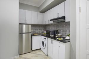A cozinha ou cozinha compacta de Leyla Apartments 5 At Fountain Square