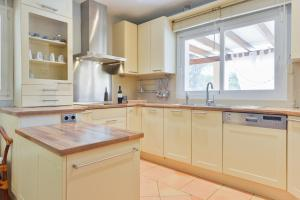 A kitchen or kitchenette at Villa Can Cunsey