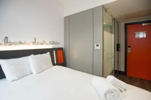 A bed or beds in a room at easyHotel Sheffield