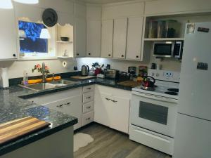 A kitchen or kitchenette at Billie's Backpackers Hostel