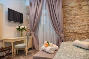 A television and/or entertainment centre at Heritage Hotel Antique Split
