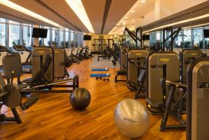 The fitness centre and/or fitness facilities at Address Dubai Mall