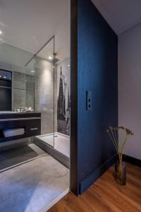 A bathroom at Radisson Blu Hotel Köln