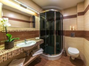 A bathroom at Hotel Korona Tatr