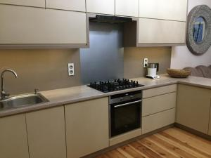 A kitchen or kitchenette at Apartament Kwiatowa