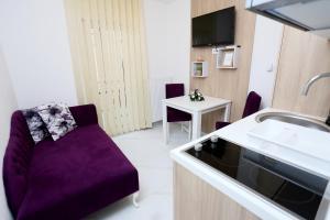A kitchen or kitchenette at Apartmani Mila