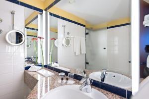 A bathroom at Wyndham Garden Wismar