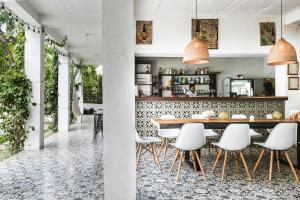 De lounge of bar bij Casa del Pavo Real Boutique Hostel