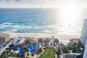 A view of the pool at JW Marriott Cancun Resort & Spa or nearby