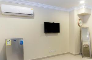 Uma TV ou centro de entretenimento em Shamsoon Suits