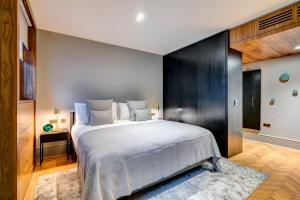 A bed or beds in a room at Apex Temple Court Hotel