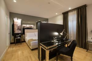 A television and/or entertainment center at Floris Hotel