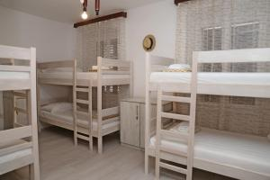 Kerrossänky tai kerrossänkyjä majoituspaikassa Hostel Korcula